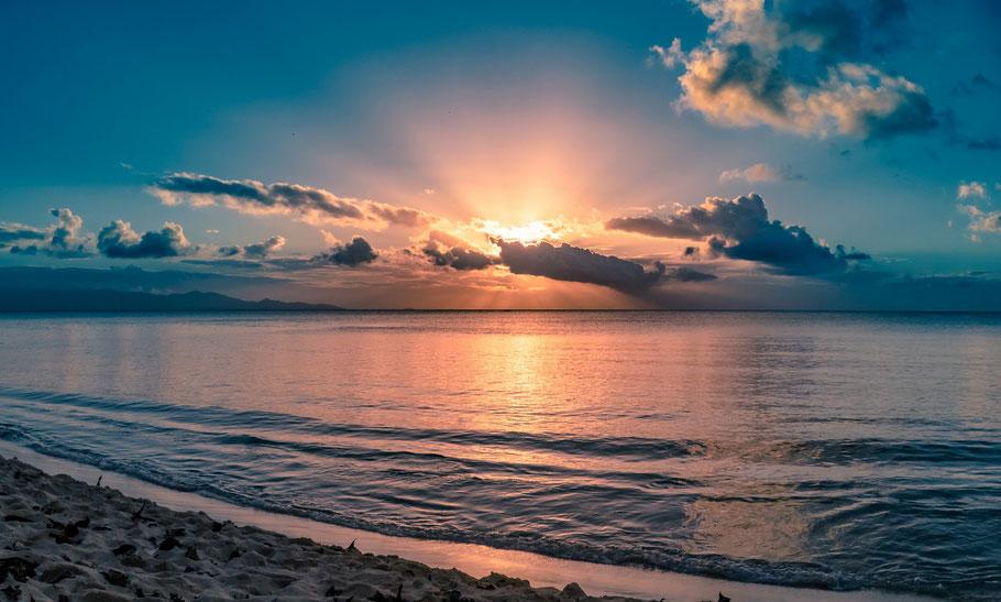 Coucher de soleil sur la plage du souffleur à port louis en guadeloupe