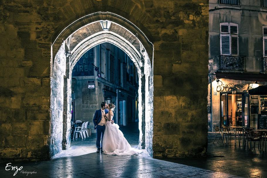 Photo d'un jeune couple de marié sur la place de la mairie à Aix en provence
