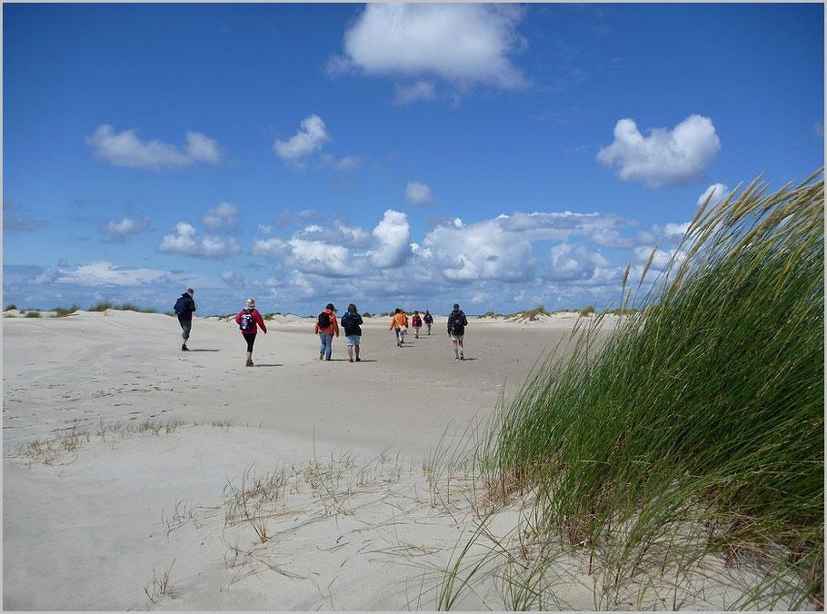 Durch ein Dünental geht es nun zum Strand - selbst in der Hauptsaison sind wir hier meist alleine!
