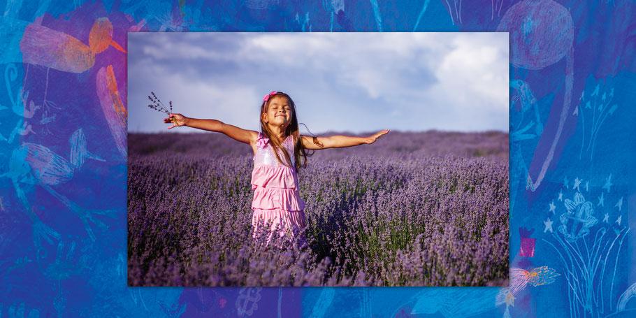 Kind in Lavendelfeld – Aromatherapie