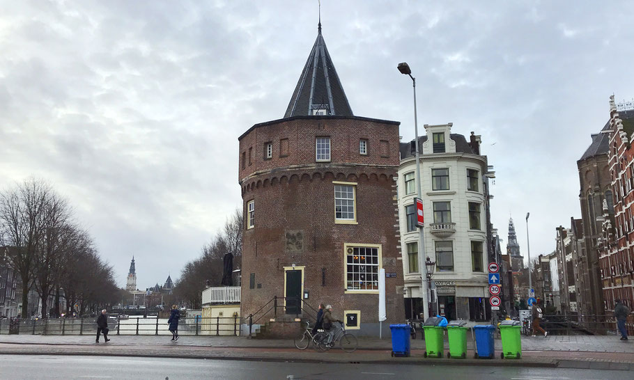 Prins Hendrikkade 94-95, Schreierstoren, left the tower of Zuiderkerk and right the Oude Kerk