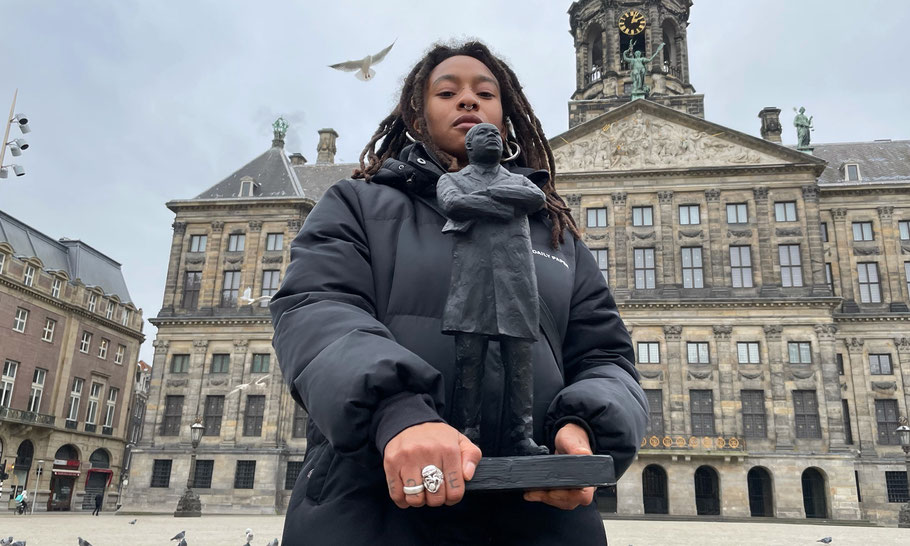 Naomie in front of Palace on the Dam, that used to be one of the headquarters of the Dutch colonialism and slave trade of Amsterdam.