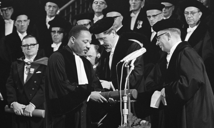 The presentation of the honorary degree in the Concertgebouw, 1965.  Photo: Nationaal Archief.