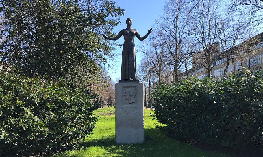 Churchilllaan/Waalstraat. Statue Wilhelmina Drucker door Gerrit-Jan van der Veen, (1939)