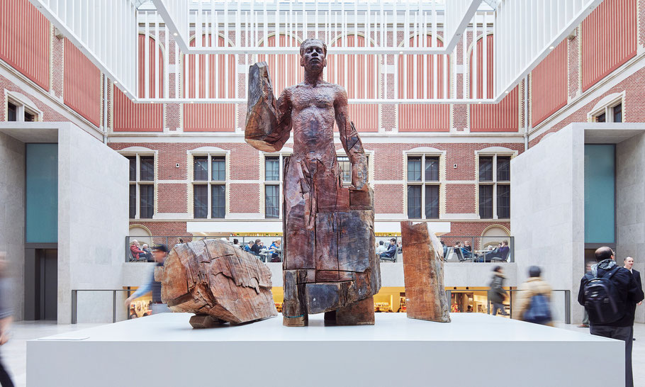 The original 3 meter tall wooden statue is in the collection of Rijksmuseum, Amsterdam