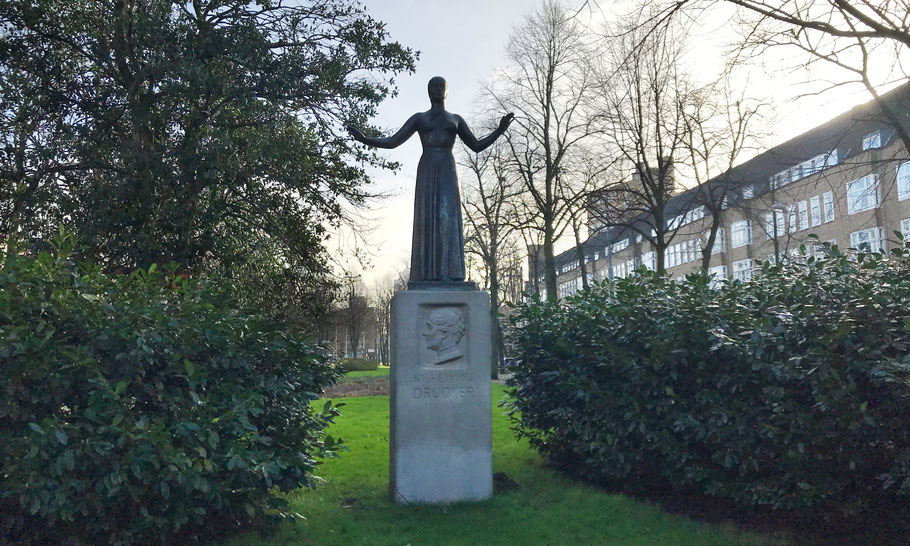 Churchilllaan/Waalstraat. Statue Wilhelmina Drucker door Gerrit-Jan van der Veen, (1939)