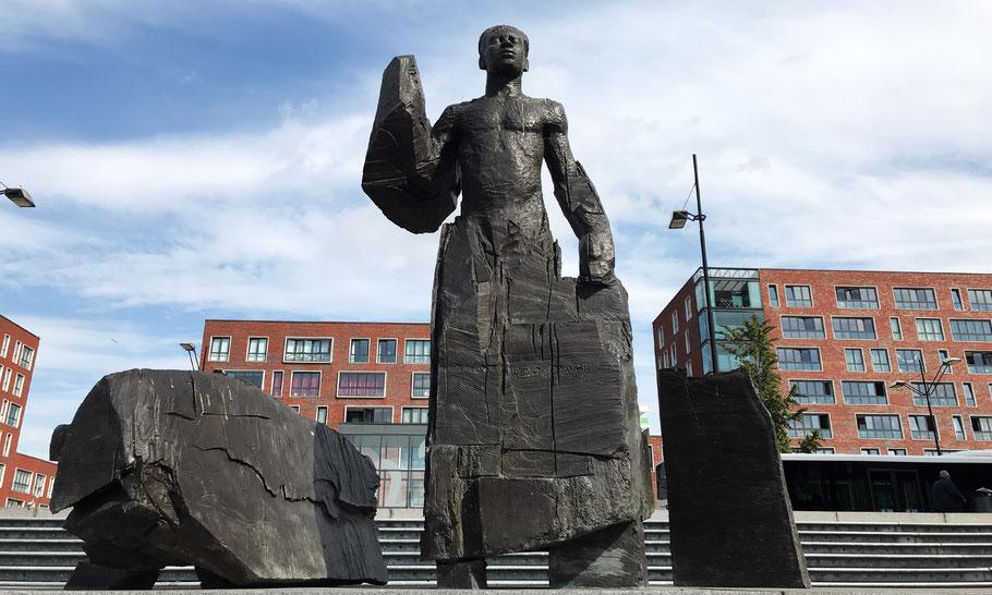 Statue of Anton de Kom by Jikke van Loon (2004), at Anton de Kom square