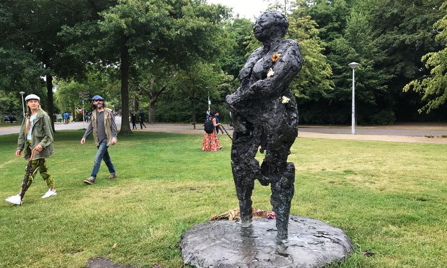 Vondelpark, statue Mama Baranka by Nelson Carrillho (1985), to remember Kerwin Lucas Duinmeijer