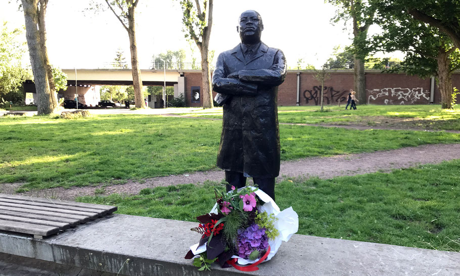 Het bronzen standbeeld in het Martin Luther Kingpark