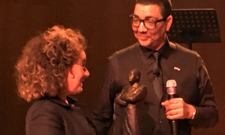 Chairman of the board Mirjam van Praag, receives the statue. Host of The Martin Luther ing Lecture: Jörgen Raymann