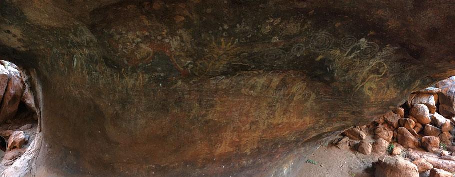 Felsmalereien am Uluru. Das war früher eine Schule der Aborigines.