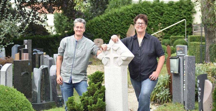 Carola Sonntag und Stephanie Griesshaber von Steinmetzbetrieb Erinnerungen in Stein in Pfullendorf erwarten Kunden in Ihrer Grabstein-Ausstellung