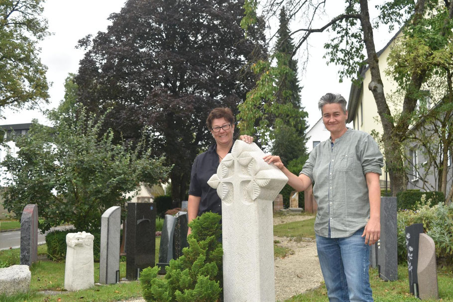 Carola Sonntag und Stephanie Griesshaber von Steinmetzbetrieb Erinnerungen in Stein in Pfullendorf stehen bei einem Grabstein