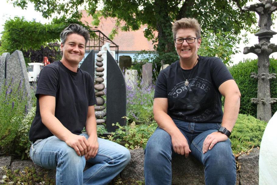 Carola Sonntag und Stephanie Griesshaber von Steinmetzbetrieb Erinnerungen in Stein sitzen in Ihrer Ausstellung in Pfullendorf