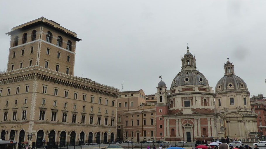 Rechts die Kirche Santa Maria di Loreto und links  die Banca Popolare di Vicenza