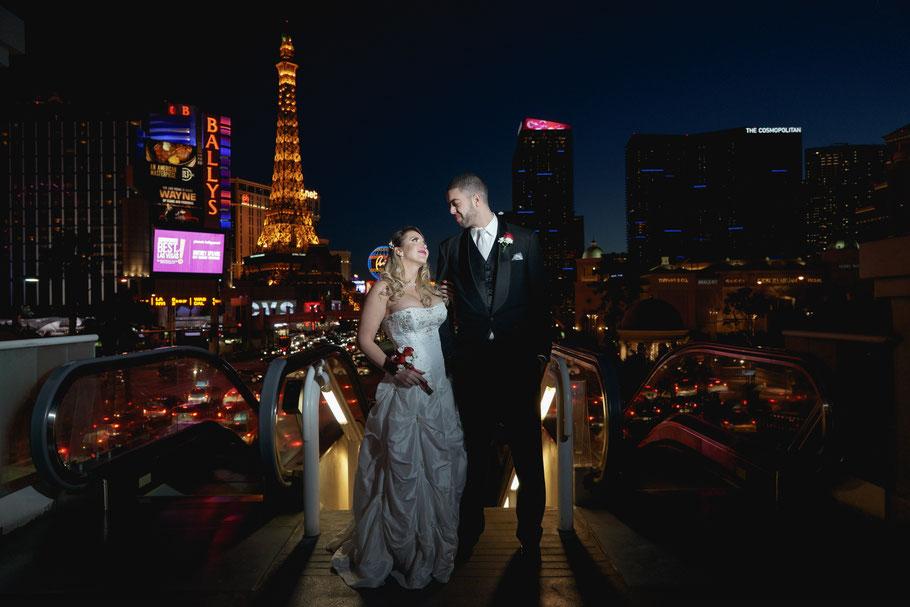 Brautpaar in Las Vegas bei einer Fototour mit Fotografen bei Nacht - Vegas Mobile Minister