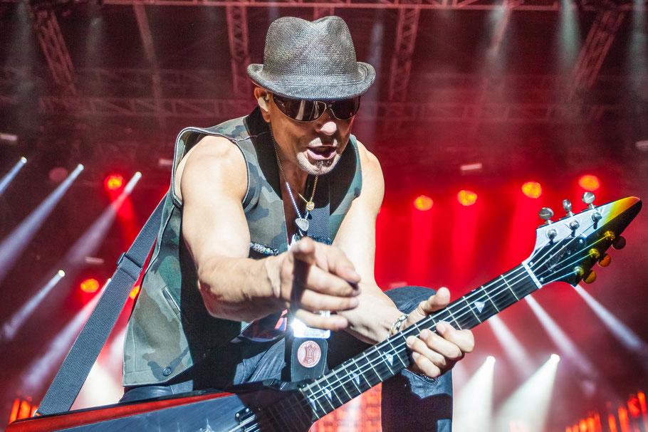 Foto zeigt Scorpions-Gitarrist, Foto: Tom Wenig