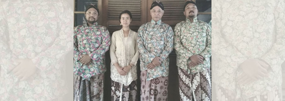 Lara with her host family in Yogyakarta, Indonesia