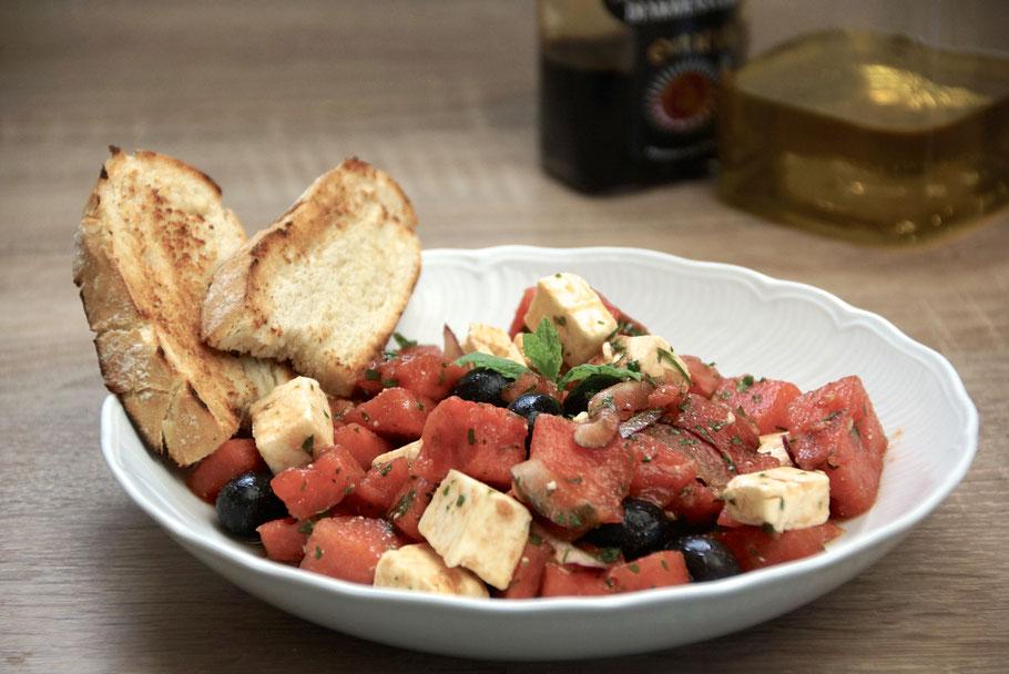 Wassermelonen-Salat mit Feta und schwarzen Oliven