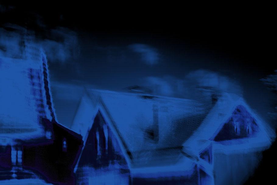 Schneebedeckte Häuser in einer Winternacht.