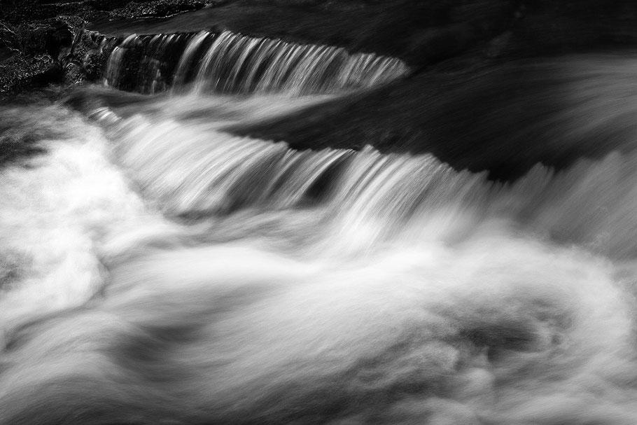 Wasserfall Detail. Langzeitbelichtung. Schwarz Weiß.