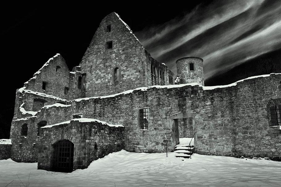 Beschneite Klosterruine Schönrain am Main. Schwarzer Himmel mit Kondensstreifen. SW Foto erstellt mit Nik Silver Efex.