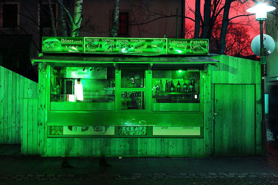 Dönerbude in grüner Farbe. Beleuchtung durch grüne Verkehrsampel.
