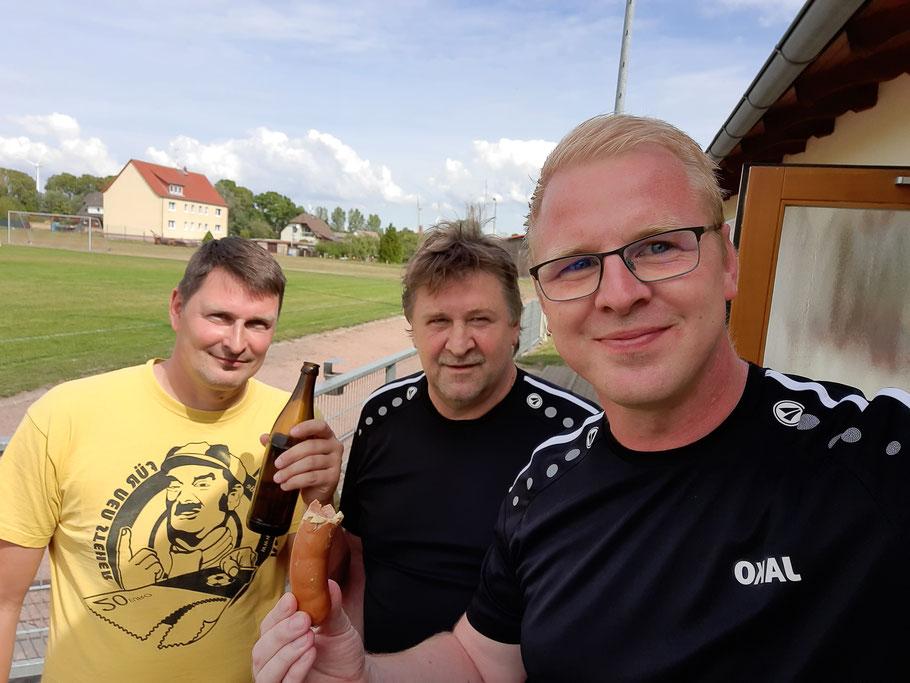 Chris Wein, Andreas Kalz und Sören Kalz (v.l.n.r.) beim gemütlichen Beisammensein nach einem Spiel - Spaß muss sein!