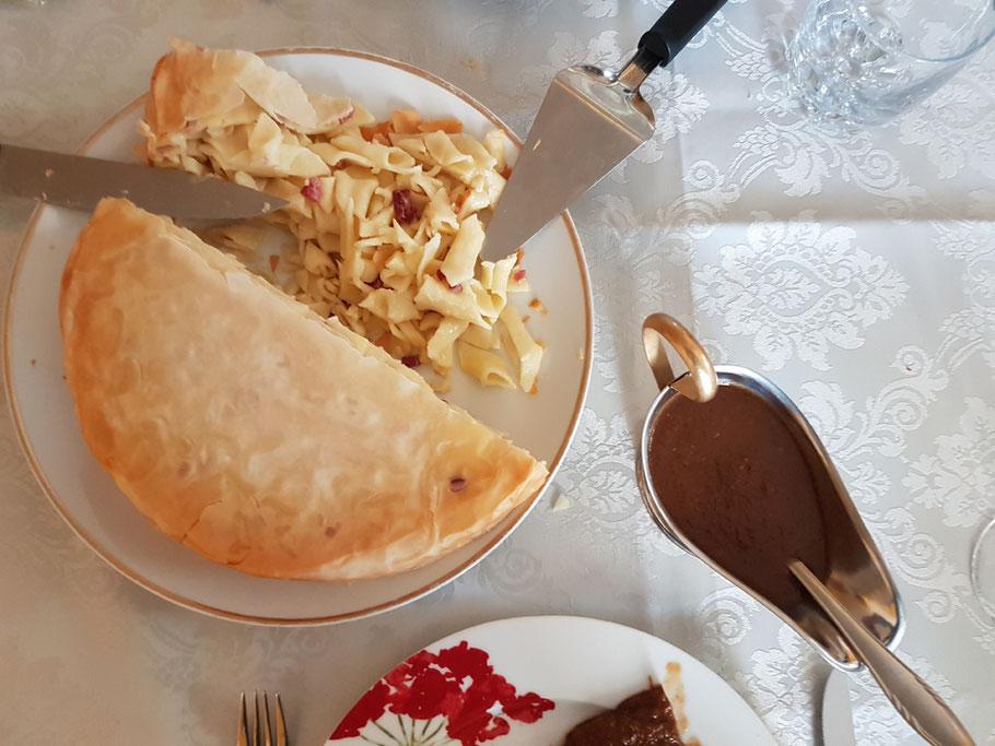 MAG Lifestyle Magazin kulinarische Spezialitäten Leckerbissen Gaumenfreuden aufgetischt Kroatien Makkaronitorte vegetarisch Beilage Pasticada