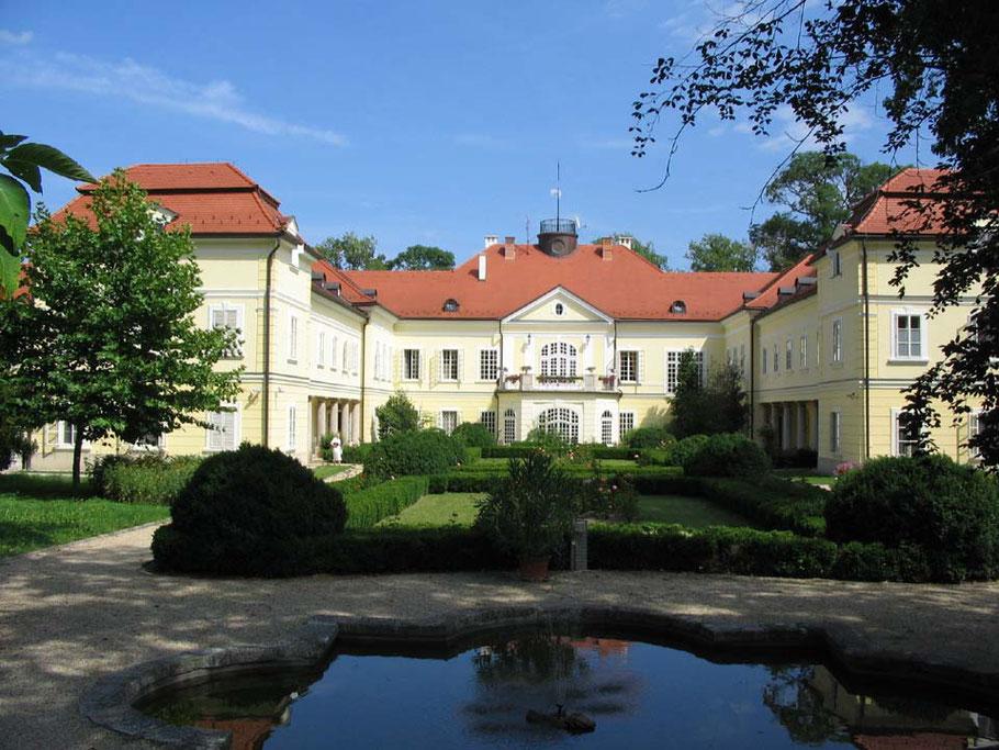 MAG Lifestyle Magazin Urlaub Reisen Ungarn Röjtökmuzsaj Schlosshotel Szidónia Spa Hotel Manor House Wellness