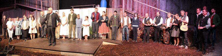"""Komplettes Ensemble des Irschenberger Theater bei der Premiere von """"Märzengrund"""" im Sommer 2017"""