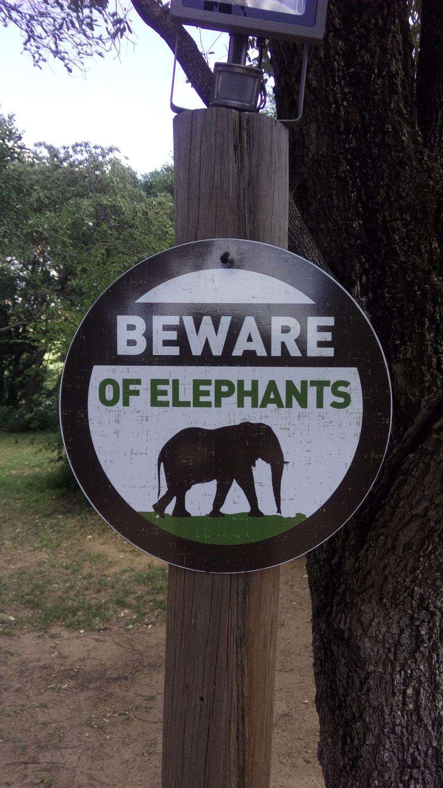 Hinweisschild im Park
