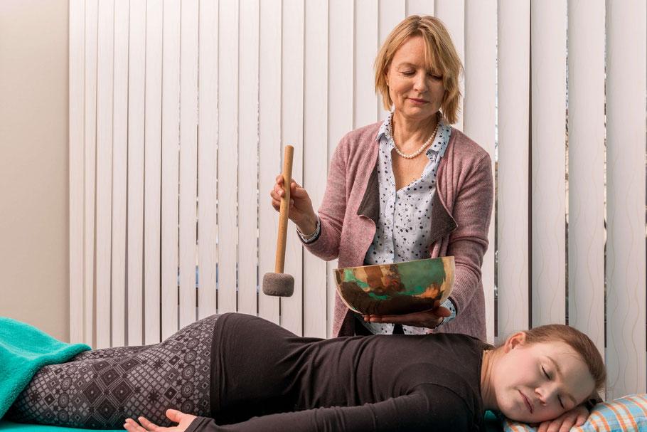 Dr. Angelika Dietz - Klangschalenmassage