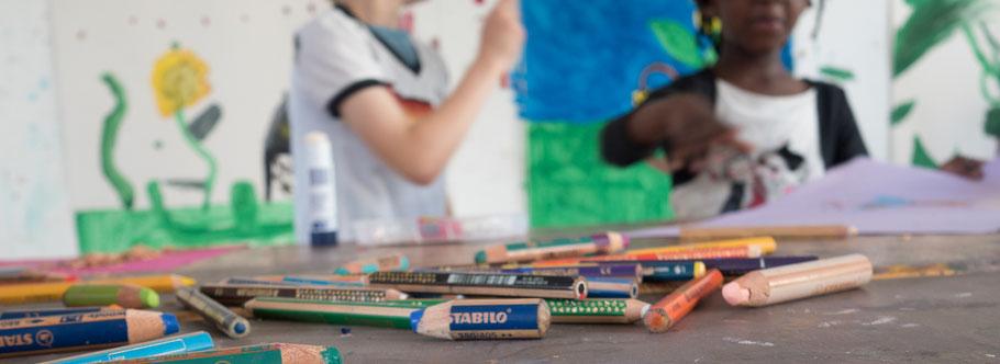 Stifte vor kleinen Künstlern der LichtwarkSchule