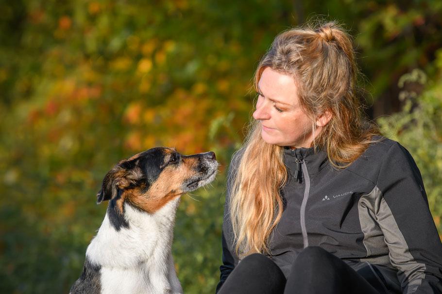 Hundetrainerin Stefanie Wehling mit zwei teamdogs