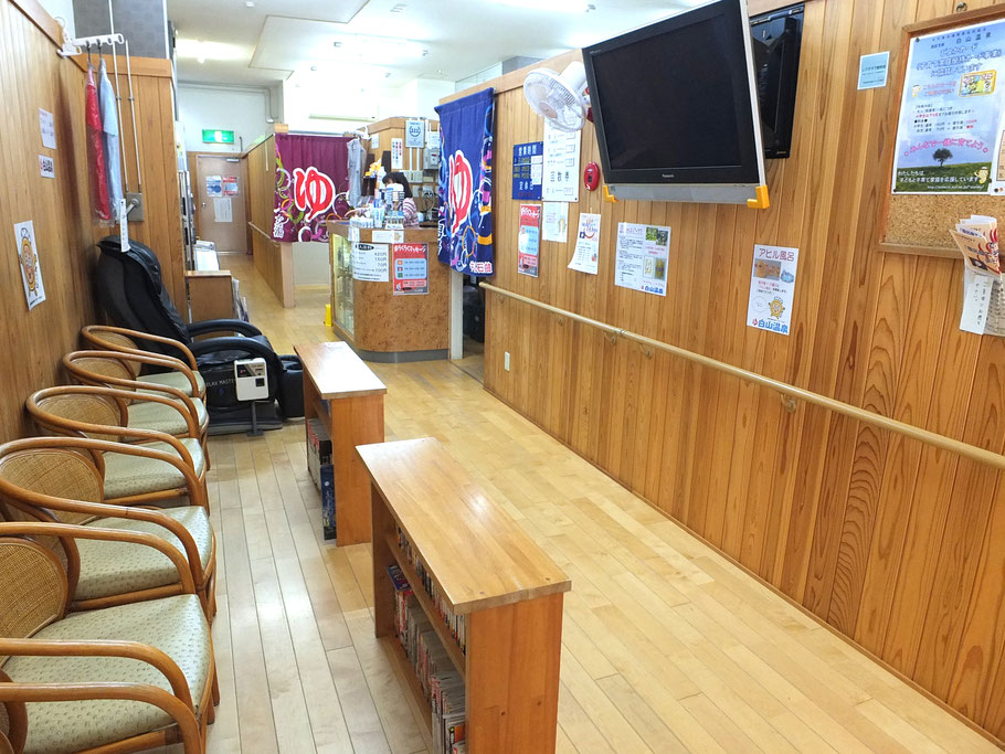 待合室とフロント(番台)