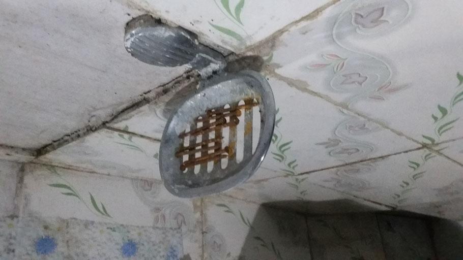 andere Unterkunft: rostige Nägel; Fliesen fallen von der Wand; Wasser tropft vom oberen Badezimmer....