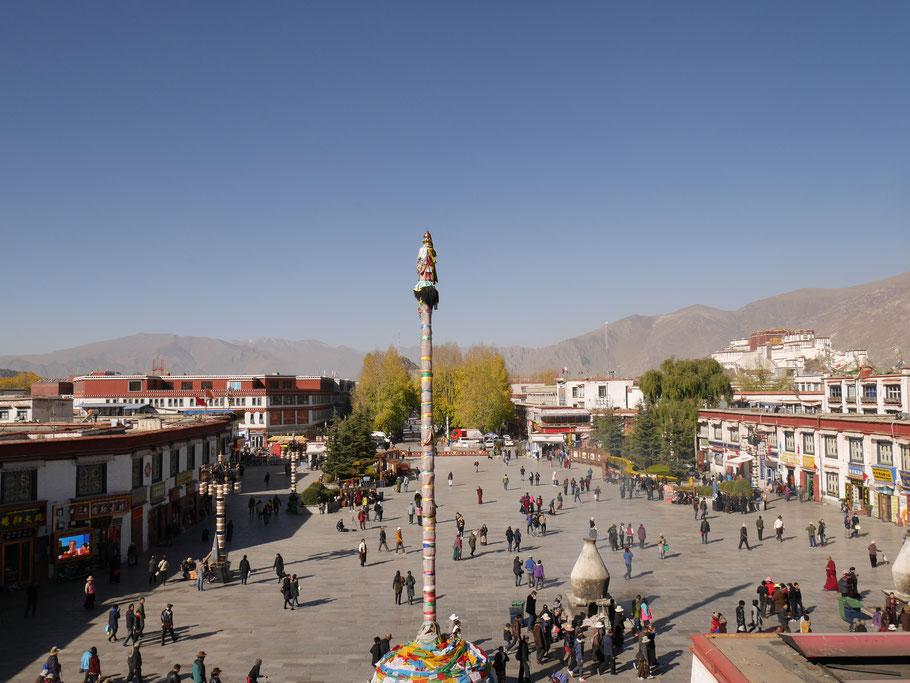 Blick vom Jokhang Tempel Richtung Potala Palace