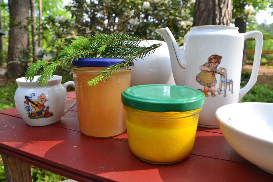 Stilleben mit Fundstücken aus unserem 40 Jahre alten Blockhaus und Gläsern mit Gelee aus frischen Tannentrieben und Löwenzahncreme