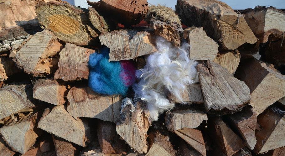 Wollreste vom Windspielbau und Fetzen aus Anouks Schaffell, nachdem sie es fachgerecht erlegt hat.