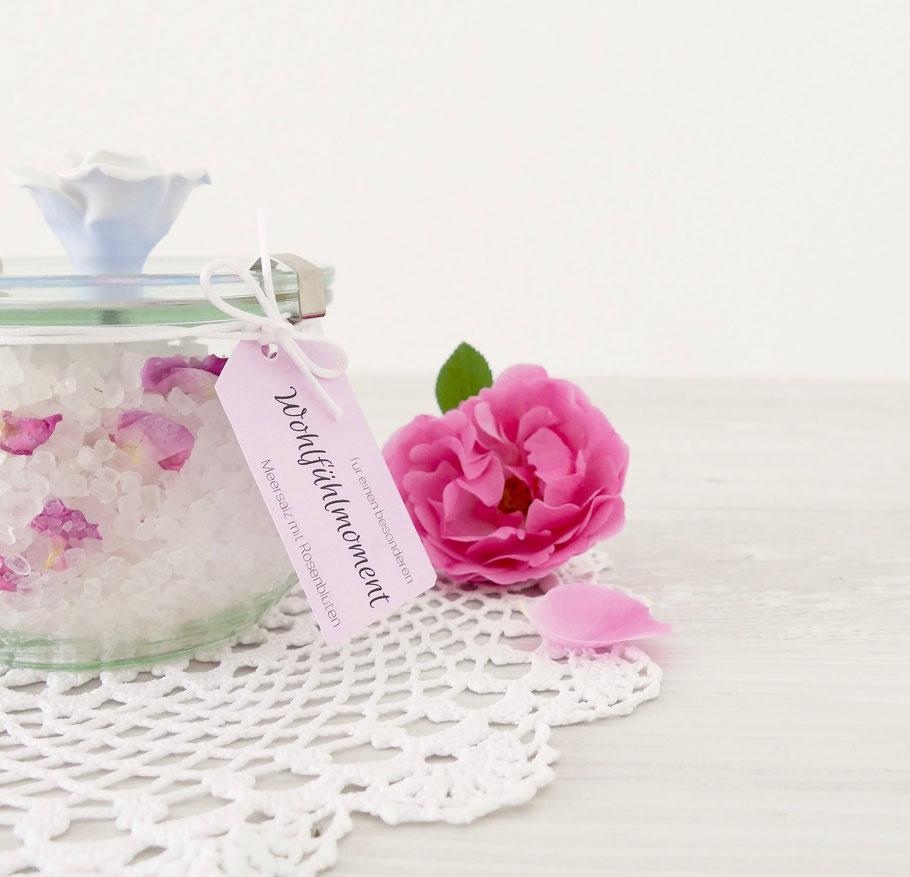 Badesalz mit Rosenblüten und Etikette selber machen