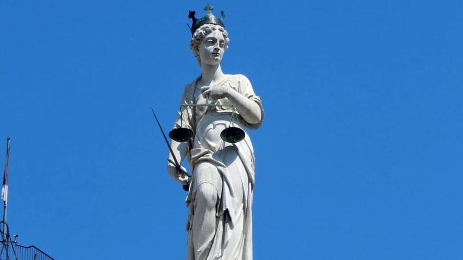 Statua della Giustizia in Piazza Libertà a Udine