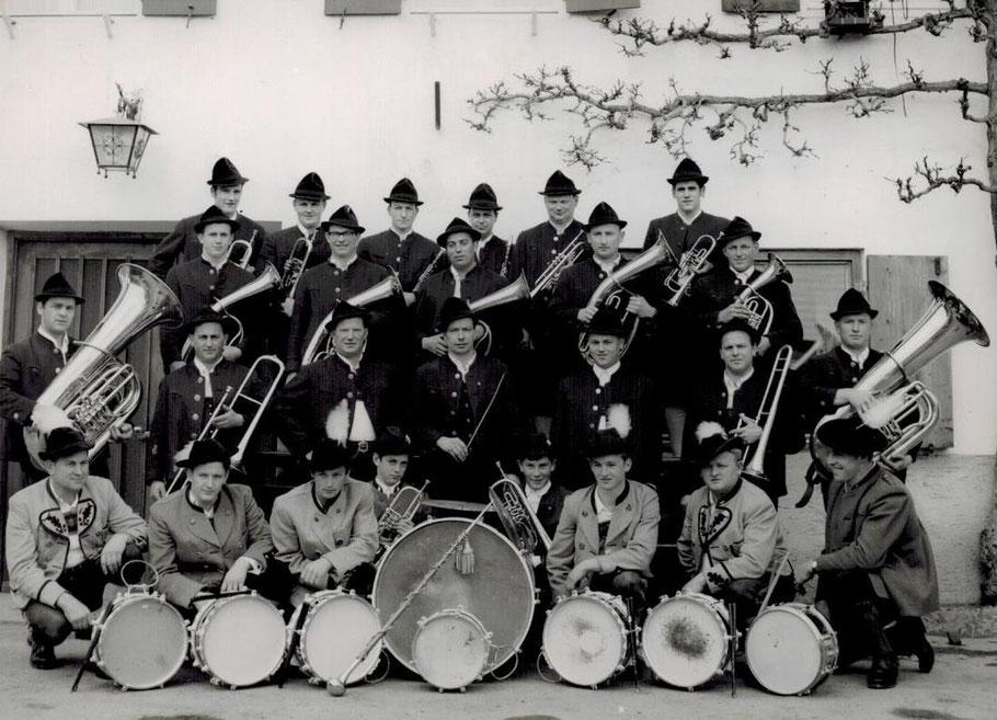 Die Musikkapelle Söchering bei der Priminz von Pater Clemenz im Jahr 1968