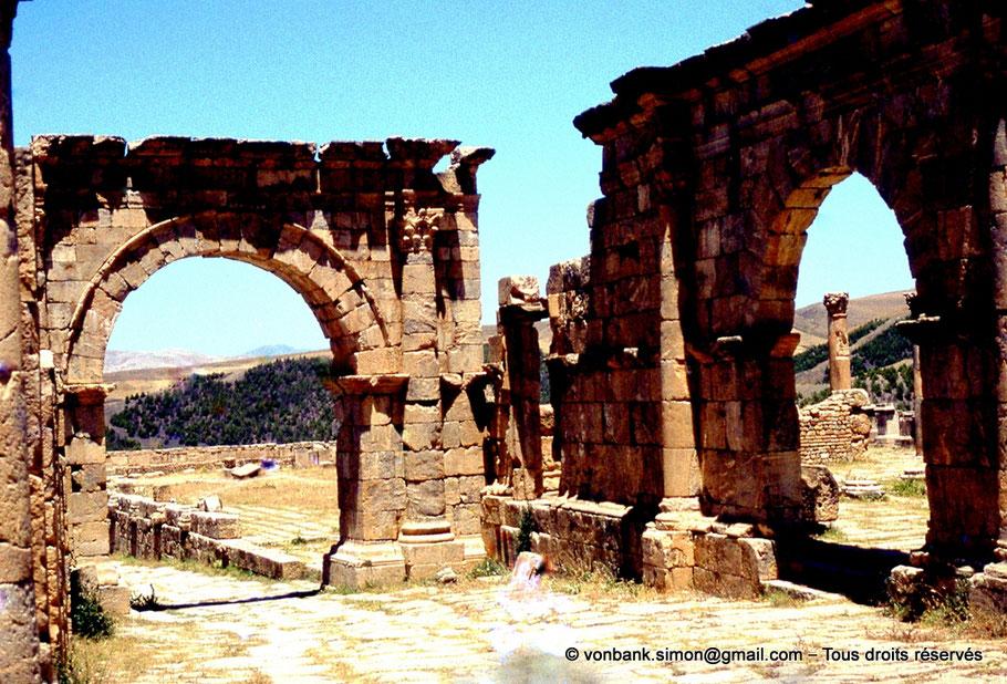Djemila (Cuicul) : Face Sud de l'arc enjambant le cardo maximus et Porte d'accès au temple de Venus Genetrix
