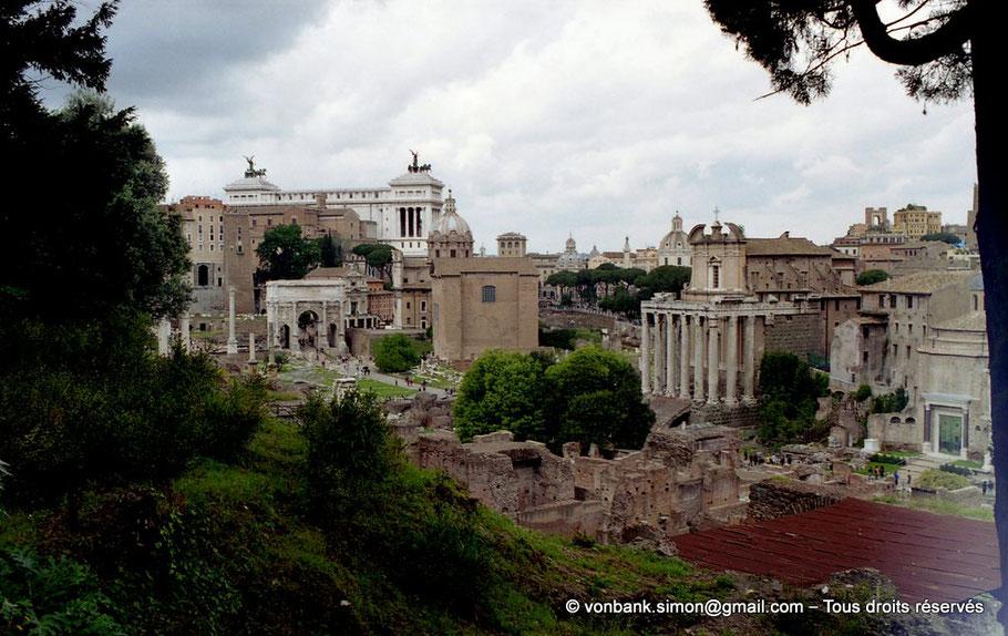 Rome - Forum Romanum : Colonne Phocas - Arc de Septime Sévère - Curie Julia - Temple d'Antonin et Faustine - Temple de Romulus - en arrière-plan, le Monument à Victor-Emmanuel II - Italie