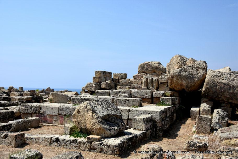 Italie - Sicile - Sélinonte : Ruines du temple B (dédié à Déméter ou à Empédocle) - Sur la droite, deux tambours tombés au sol d'une colonne du temple C