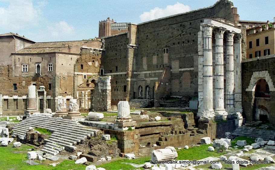 Rome - Forum d'Auguste : Vestiges du Temple de Mars Ultor (Mars vengeur) - Italie - Sur la droite, l'Arc des Pantani