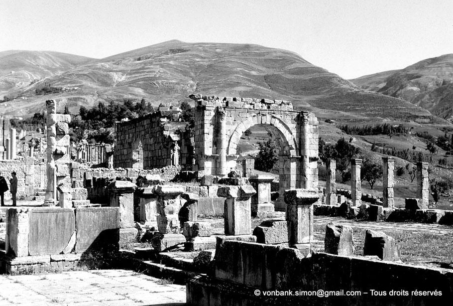 Djemila (Cuicul) : Vue depuis le vieux forum sur le cardo maximus et son arc, puis sur la porte d'accès au temple de Venus Genetrix - Algérie