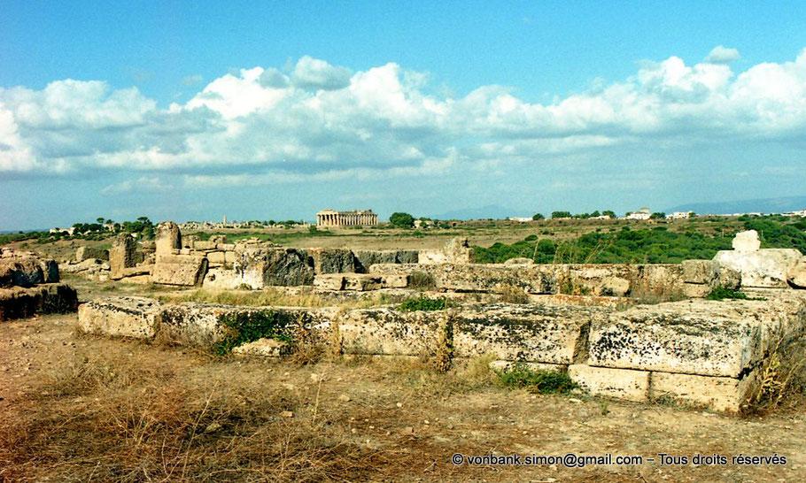 Italie - Sicile - Sélinonte : En arrière-plan, sur la colline orientale, ruines des temples G et F puis le temple E (faces Ouest et Sud)