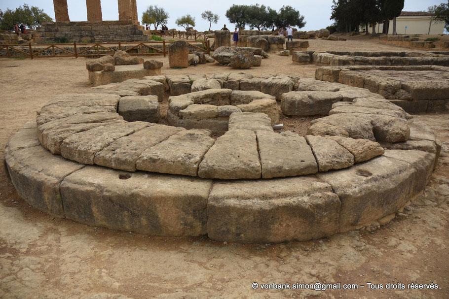 Italie - Sicile - Agrigente - Sanctuaire des divinités chthoniennes : Grand autel circulaire (Vallée des temples) - En arrière-plan, bas des colonnes du temple de Castor et Pollux